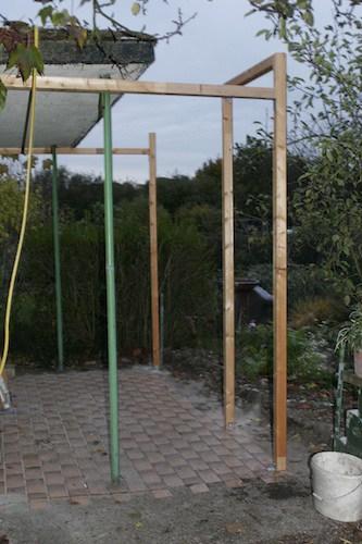 Bauanleitung Gewächshaus aus alten Fenstern - Gerüst aus Pfosten für die Gewächshausfenster
