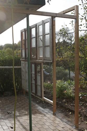 Bauanleitung die ersten Gewächshausfenster werden an die Balken geschraubt