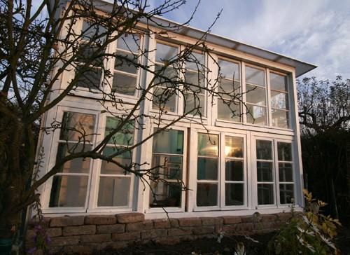 Gewächshaus aus alten Fenstern DIY