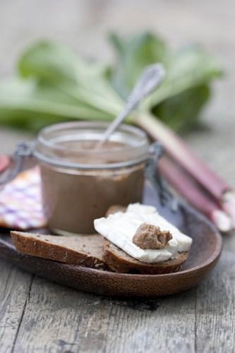 Rhabarber-Senf schmeckt fruchtig-scharf und ist eine wunderbare Ergänzung zu Ziegenkäse. Wer es gerne noch schärfer mag muss kann gelbe Senfkörner verwenden