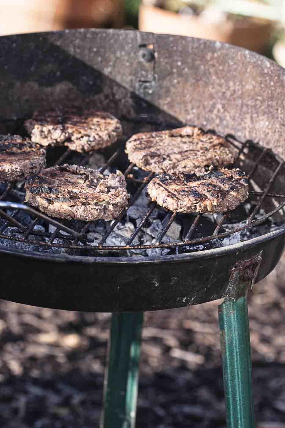 Vegetarischer Burger auf Grill