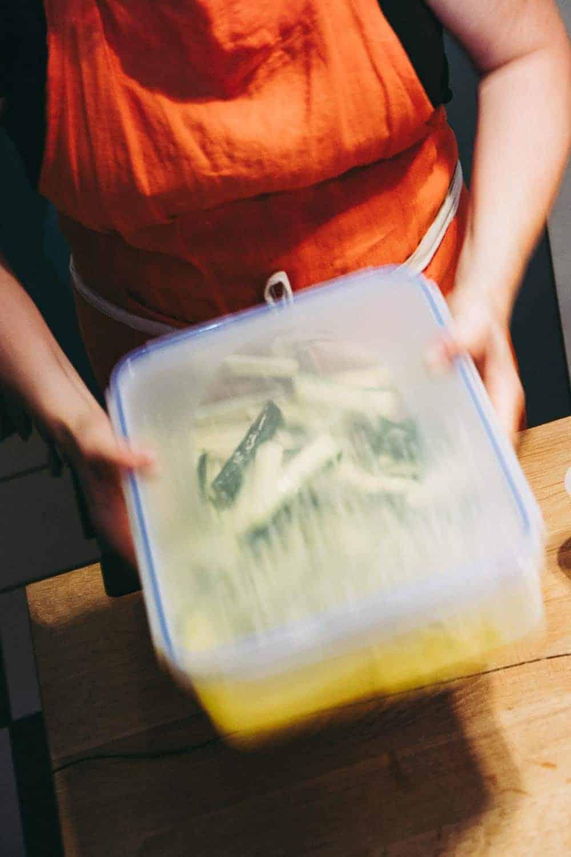 Zucchini und kein Ende? Probiert doch mal mein Rezept für die köstlichen Zucchini-Sticks. Ein vegetarischer Fast-Food-Snack, der wirklich jedem schmeckt.