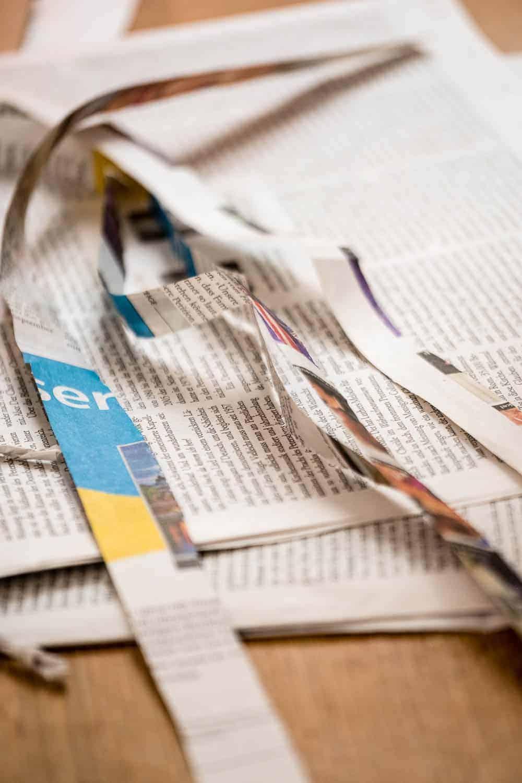 DIY Geschenkpapier selbst gestalten. Zero waste und kreativ. Mit hübschen Pflanzenstempeln und Zeitungspapier.