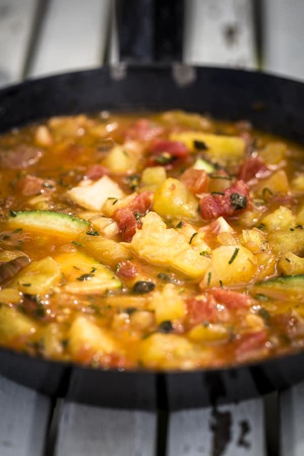 Stückiges Tomatensugo in der Pfanne