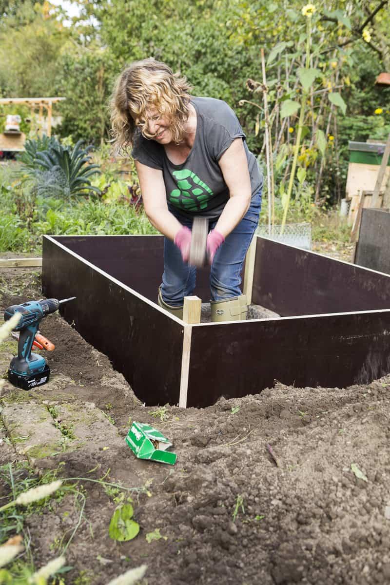 Hochbeet bauen, Eckpfosten einschlagen