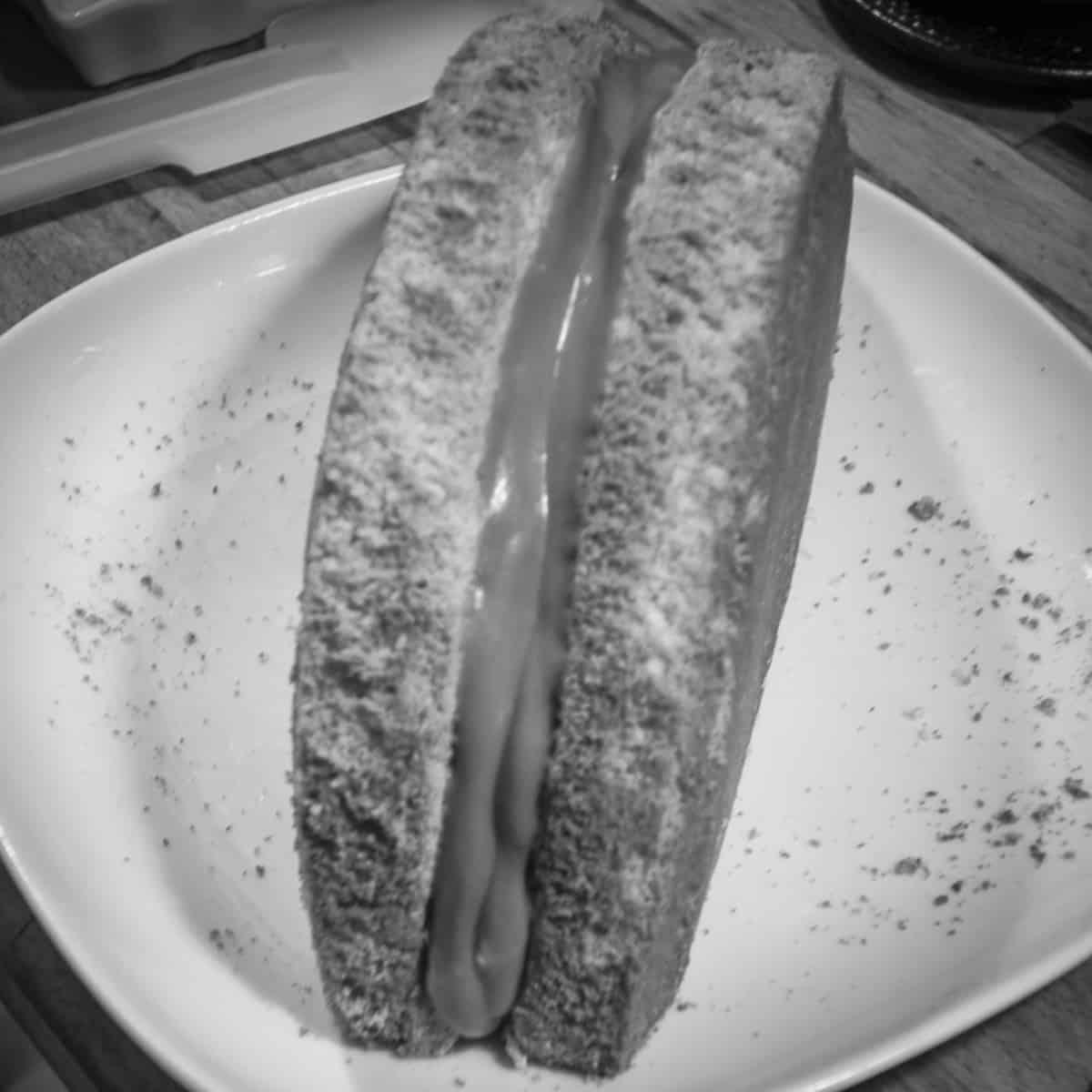 Kuchen halbieren und mit Himbeercreme füllen