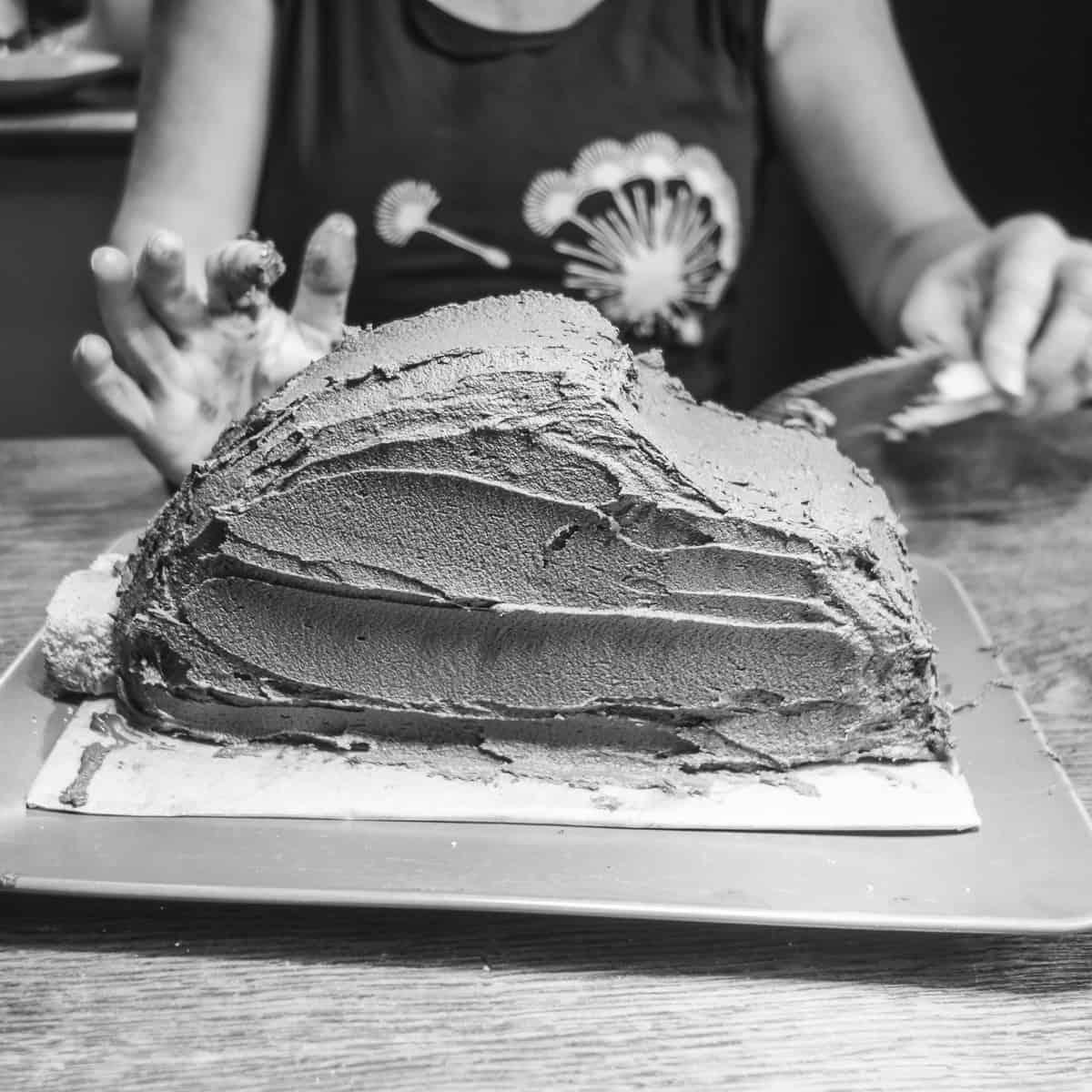 Kuchen mit der Schokocreme bestreichen