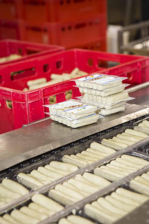 tofu Würstchen werden verpackt