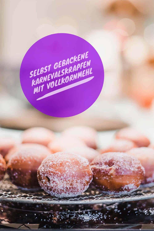 Am Rosenmontag gibt's bei uns selbst gebackene Karnevalskrapfen. Probiert unser Rezept mit Hefe, Vollkornmehl und Johannisbeer-Marmelade. Lecker!
