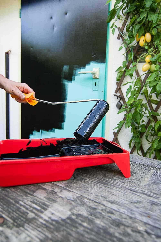 Tür mit Tafelfarbe streichen - DIY für ein großes Blackbord im Garten