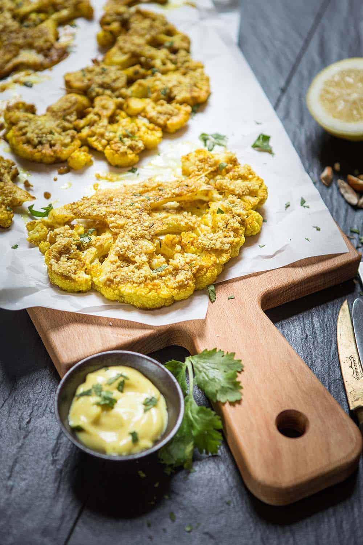 Rezept Blumenkohl aus dem Ofen Nusskruste Curry-Aioli