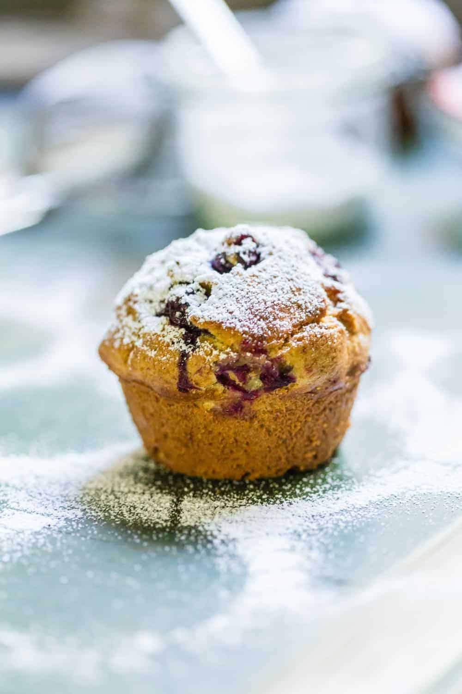Heidelbeer-Muffins mit frischen Heidelbeeren aus dem Garten