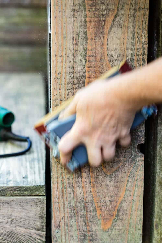 palettenlounge auffrischen von Hand anschleifen