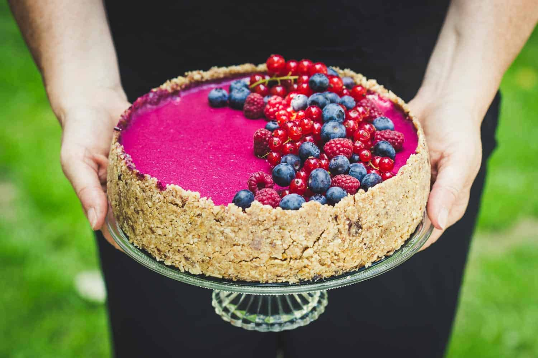 No-Bake-Cake mit frischen Beeren