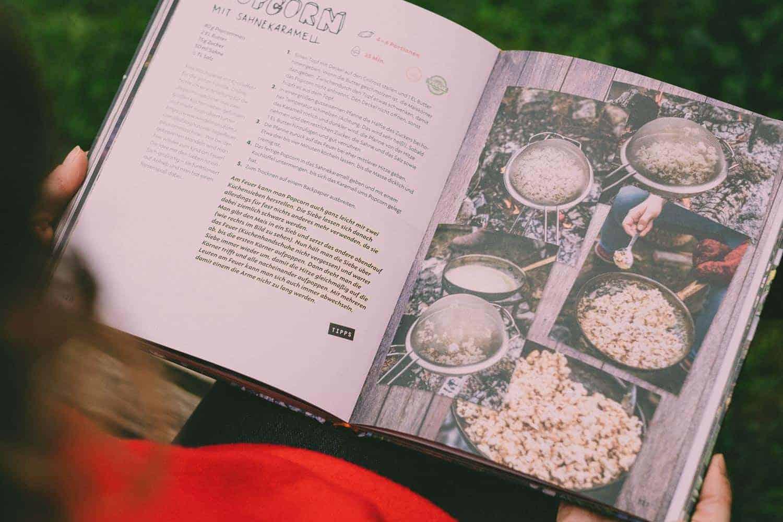 Feuer Fest, ein wunderbares Buch für Lagerfeuerromatiker und Outdoor-Köch*innen. Mit vielen Anregungen und getesteten Rezepten. Sehr liebevoll gestaltet.
