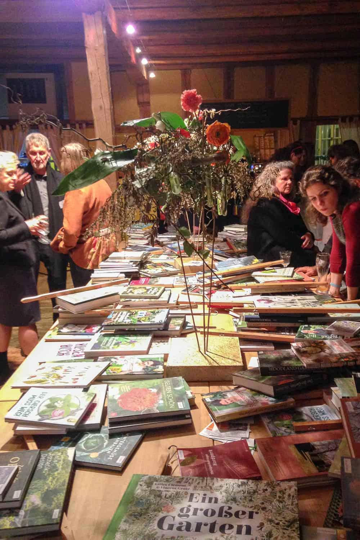 Deutscher Gartenbuchpreis 2019 auf Schloss Dennenlohe: die eingereichten Bücher füllen einen sehr langen Tisch