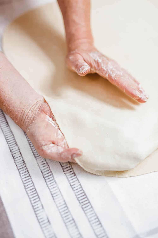 Teig ausziehen über Handrücken