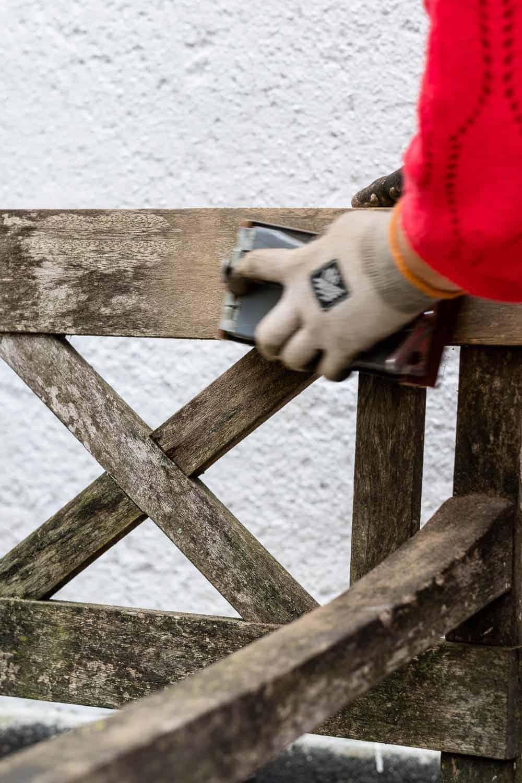 Holzbank abschleifen