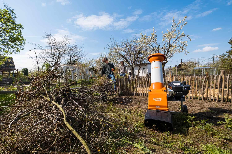 Nachbarn bringen Gartenabfälle für Häcksler-Party