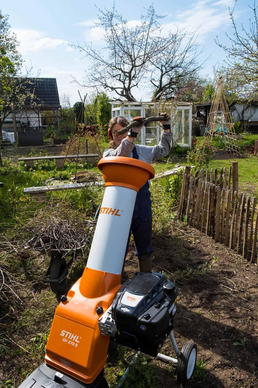 Garten-Häcksler von Stihl wird befüllt